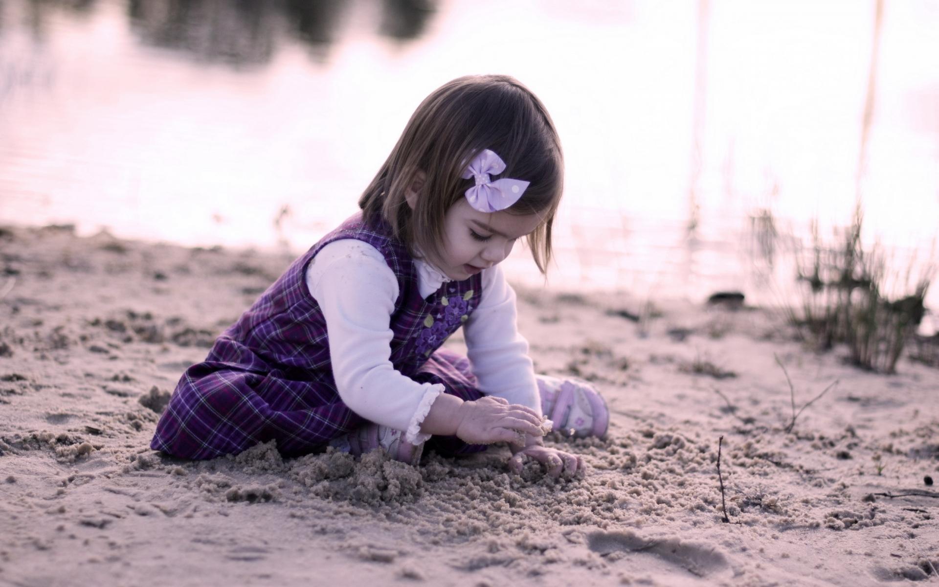 Картинки ребенок, девушка, песок, играть фото и обои на рабочий стол