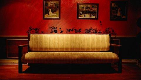Комната, диван, картины, стена