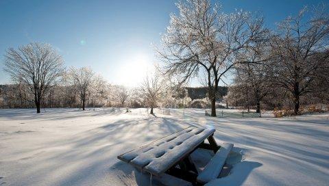 Свет, солнце, зима, стол, скамейки, сугробы, снег, крышка, парк, небо, ясно