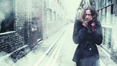 Девушка, брюнетка, зима, холод, город, улица, пальто