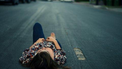Девушка, дорога, асфальт, лежат