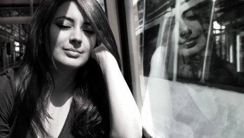 Девушка, брюнетка, улыбка, поезд, окно, сон, черно-белый