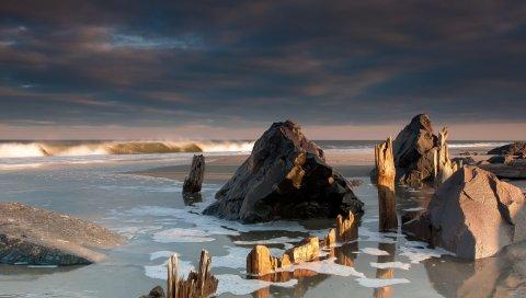 Море, камни, пляж, грязная вода, ветер, фрагменты, чипсы