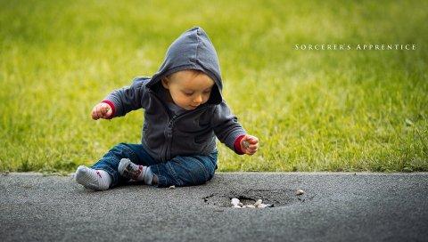 Ребенок, трава, дорога, сидеть