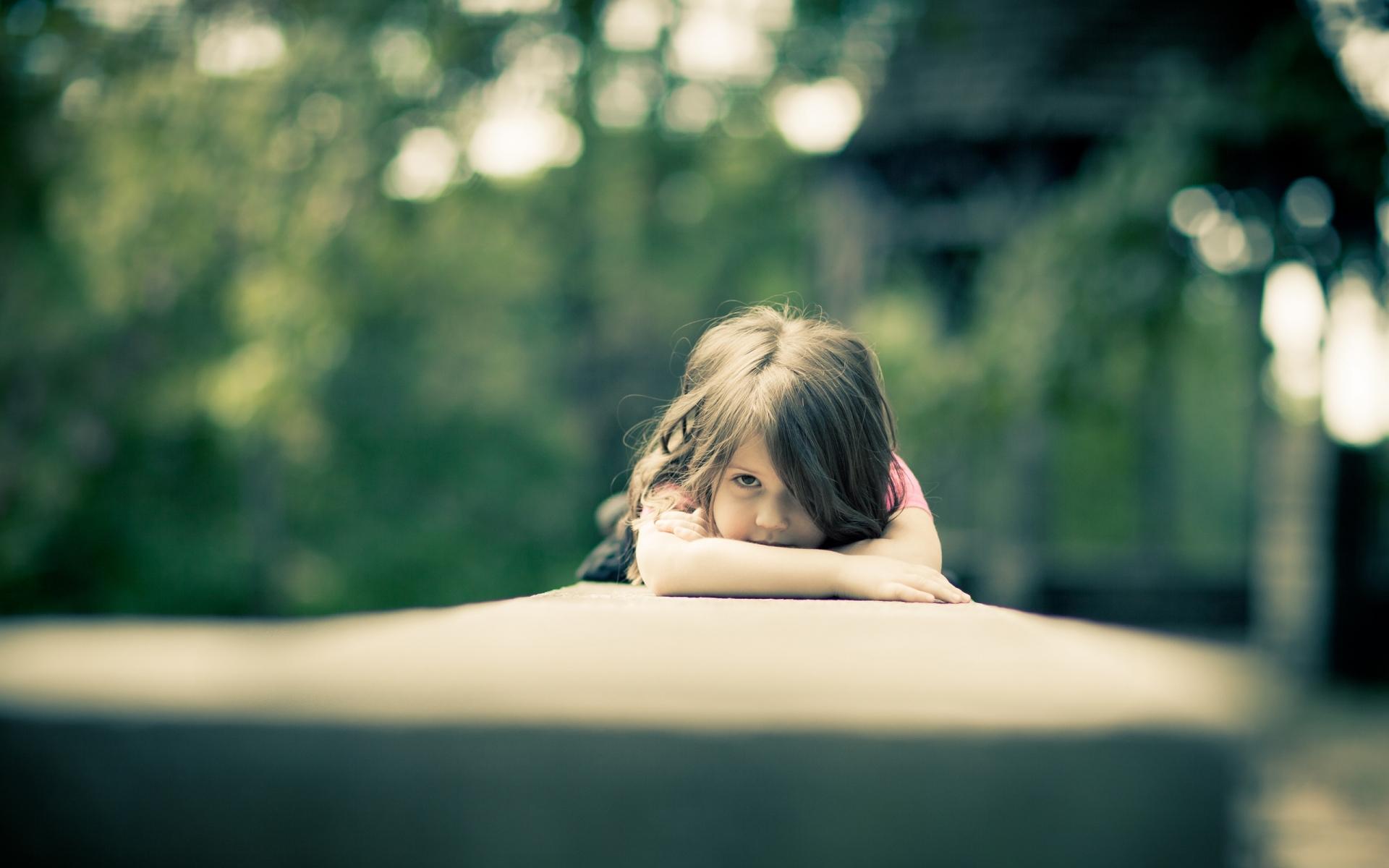 Картинки ребенка, девушка, взгляд, настроение, размытость фото и обои на рабочий стол