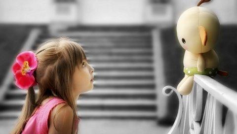 Ребенок, девушка, игрушка, забор