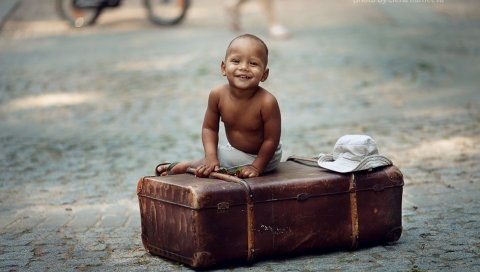 Ребенок, чемодан, шляпа, улыбка, улица, город