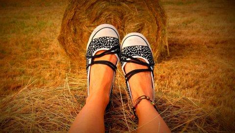 Ноги, обувь, сено, трава, сидеть