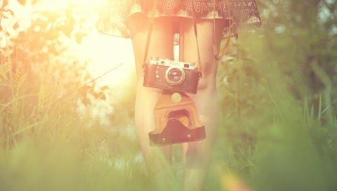 Девушка, камера, солнце, трава, ноги, платье, вспышка