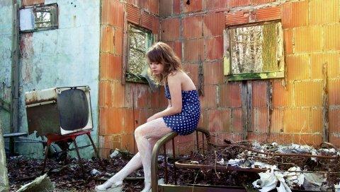 Девушка, дом, руины, настроение