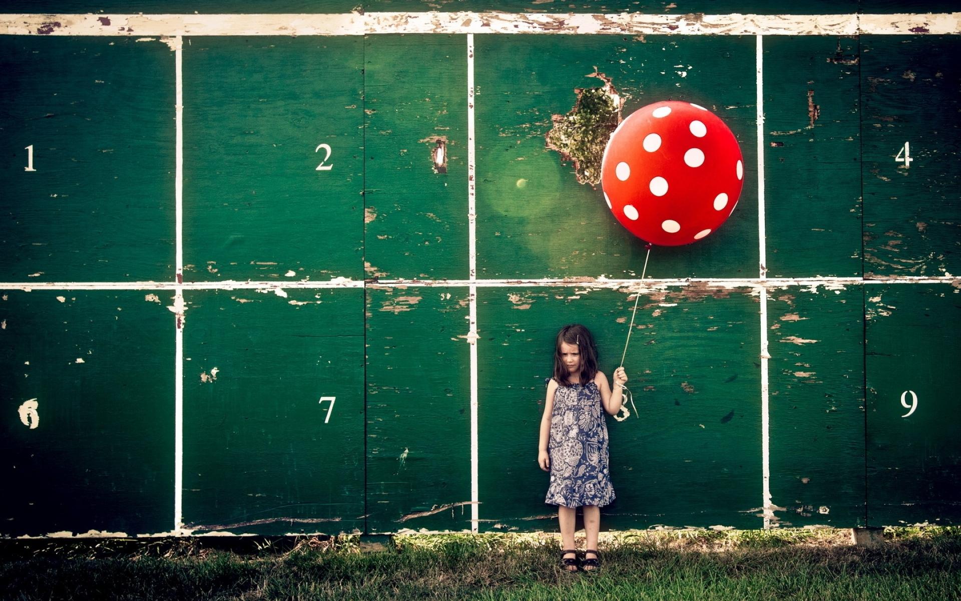Картинки Маленькая девочка, мяч, стена фото и обои на рабочий стол
