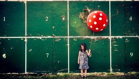 Маленькая девочка, мяч, стена