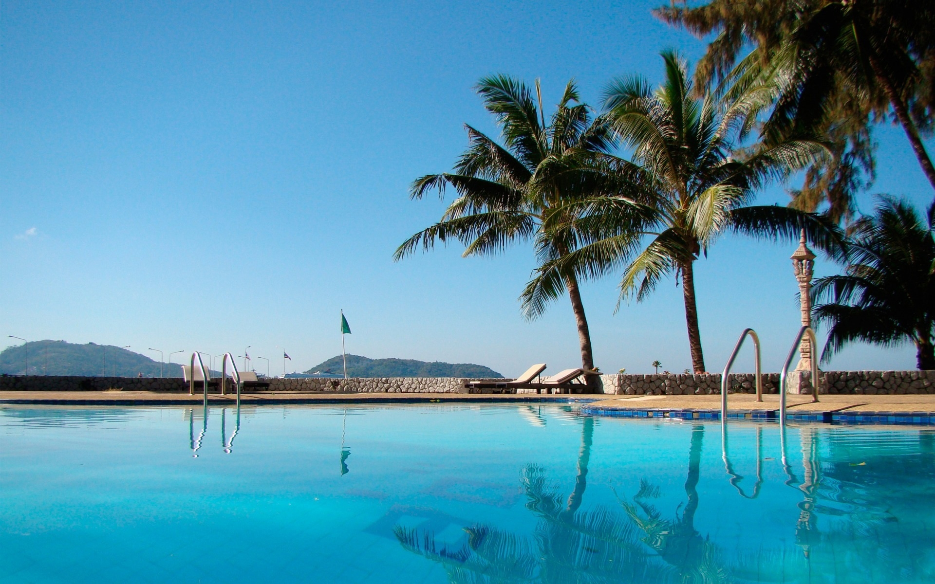 Картинки бассейн, пальмы, курорт, синяя вода, отдых, гостиница, загородный дом , фото и обои на рабочий стол