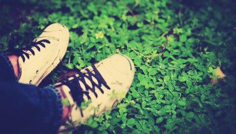Ноги, трава, шнурки, обувь