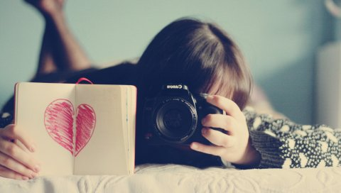 Брюнетка, ноутбук, камера, лежа, настроение
