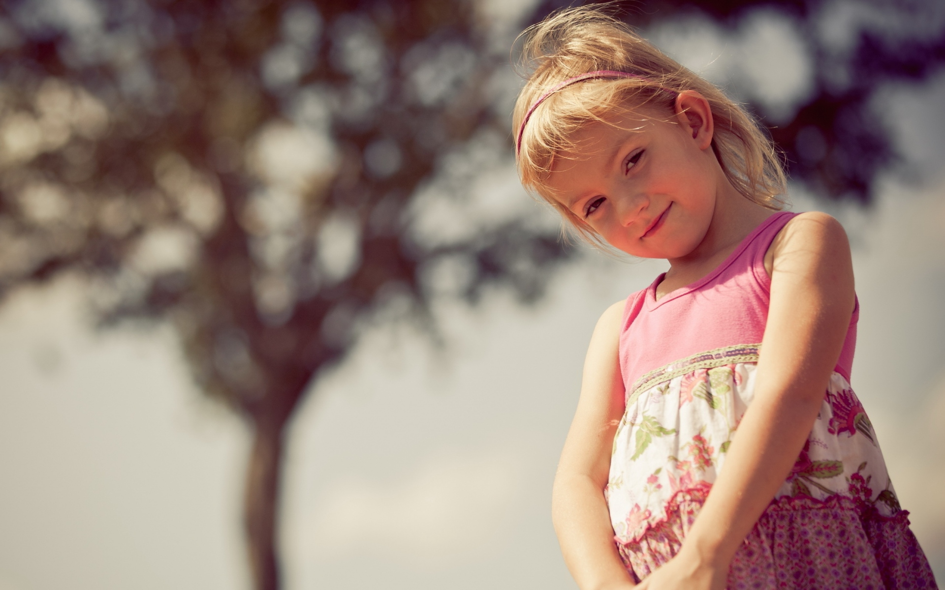 Картинки ребенка, девушка, платье, улыбка фото и обои на рабочий стол