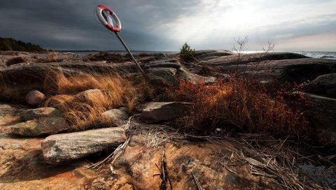 Берег, каменистый, спасательный круг, трава, облачно