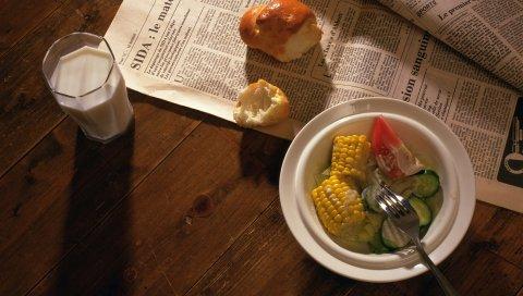 Молоко, газета, рулет, салат, овощи, кукуруза, завтрак