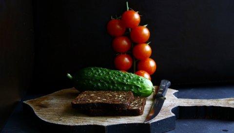 Огурец, хлеб, помидоры, нож