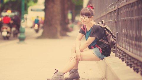 Девушка, брюнетка, очки, город, рюкзак, шорты