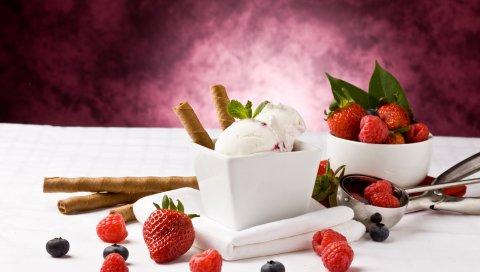 Мороженое, трубочки, ягода, клубника, малина, милая девушка