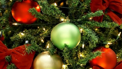 Рождественские украшения, воздушные шары, новогодняя елка, гирлянды, банты, праздник, новый год, рождество, крупный план