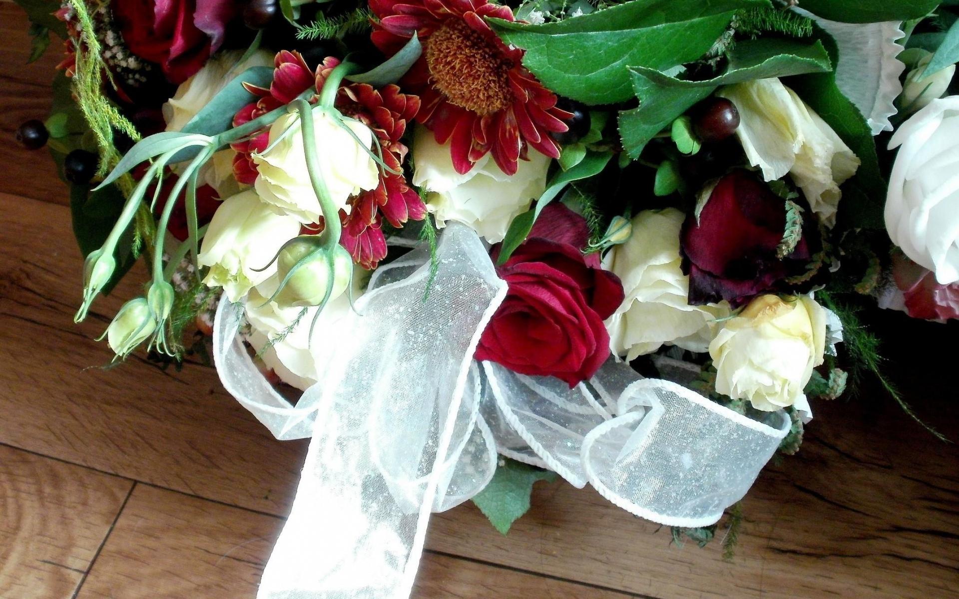 первом красивые цветы на столе фото букеты недавнего времени ольга