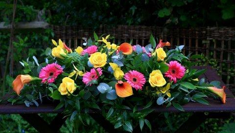 Розы, каллы лилии, гербера, ветки, ветки, листья, композиция, стол