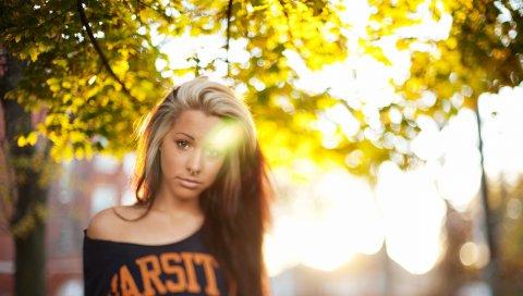 Блондинка, блуза, солнечный свет, парк