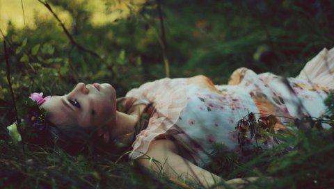 Брюнетка, трава, ложь, венок, настроение, мечты