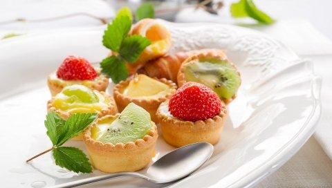 Фрукты, десерт, небольшие корзины, тарелка, укладка