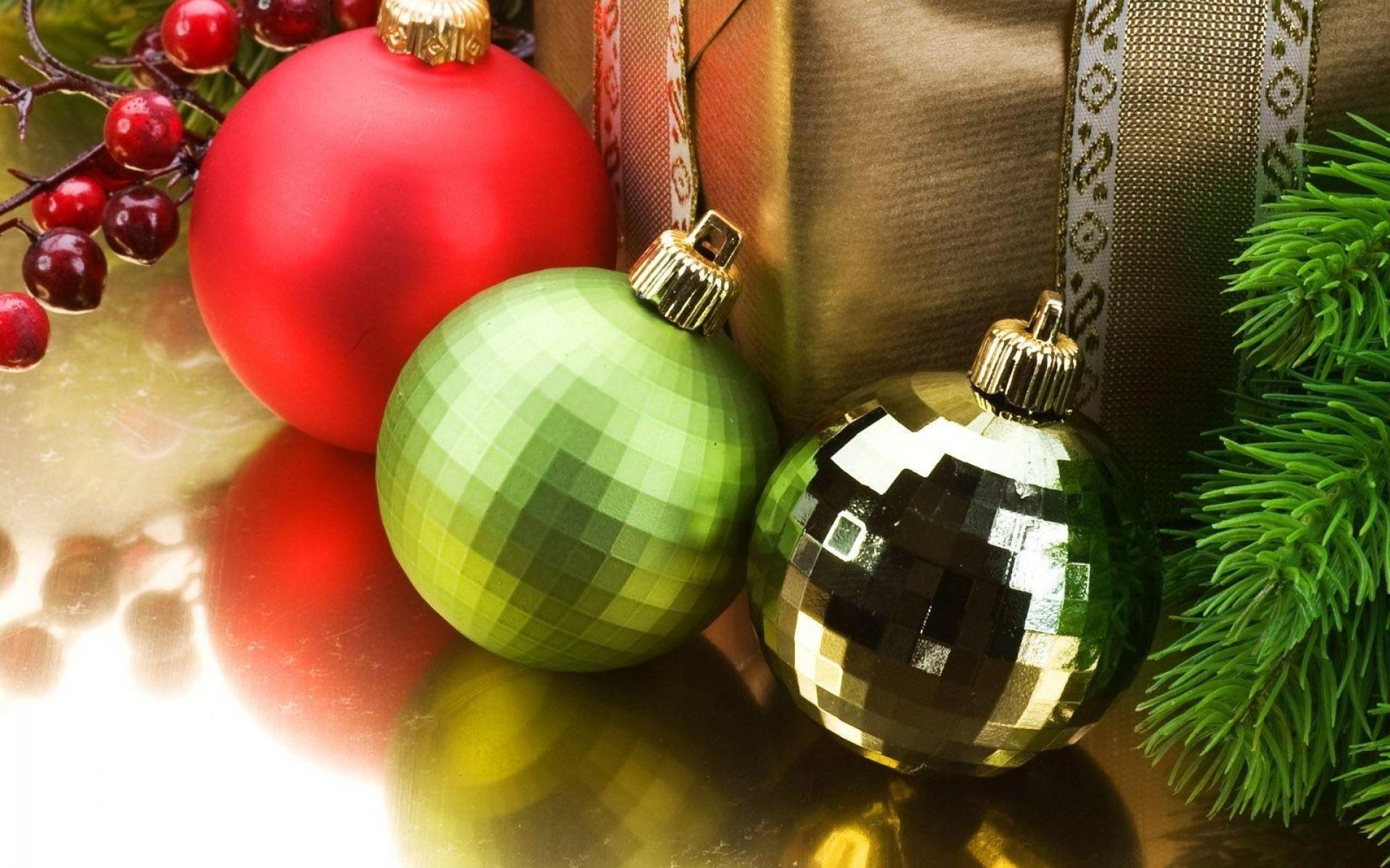 Картинки Рождественские украшения, воздушные шары, подарок, нитки, иглы, праздник фото и обои на рабочий стол