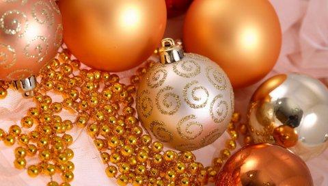 Рождественские украшения, воздушные шары, блеск, золото, бусы, крупный план