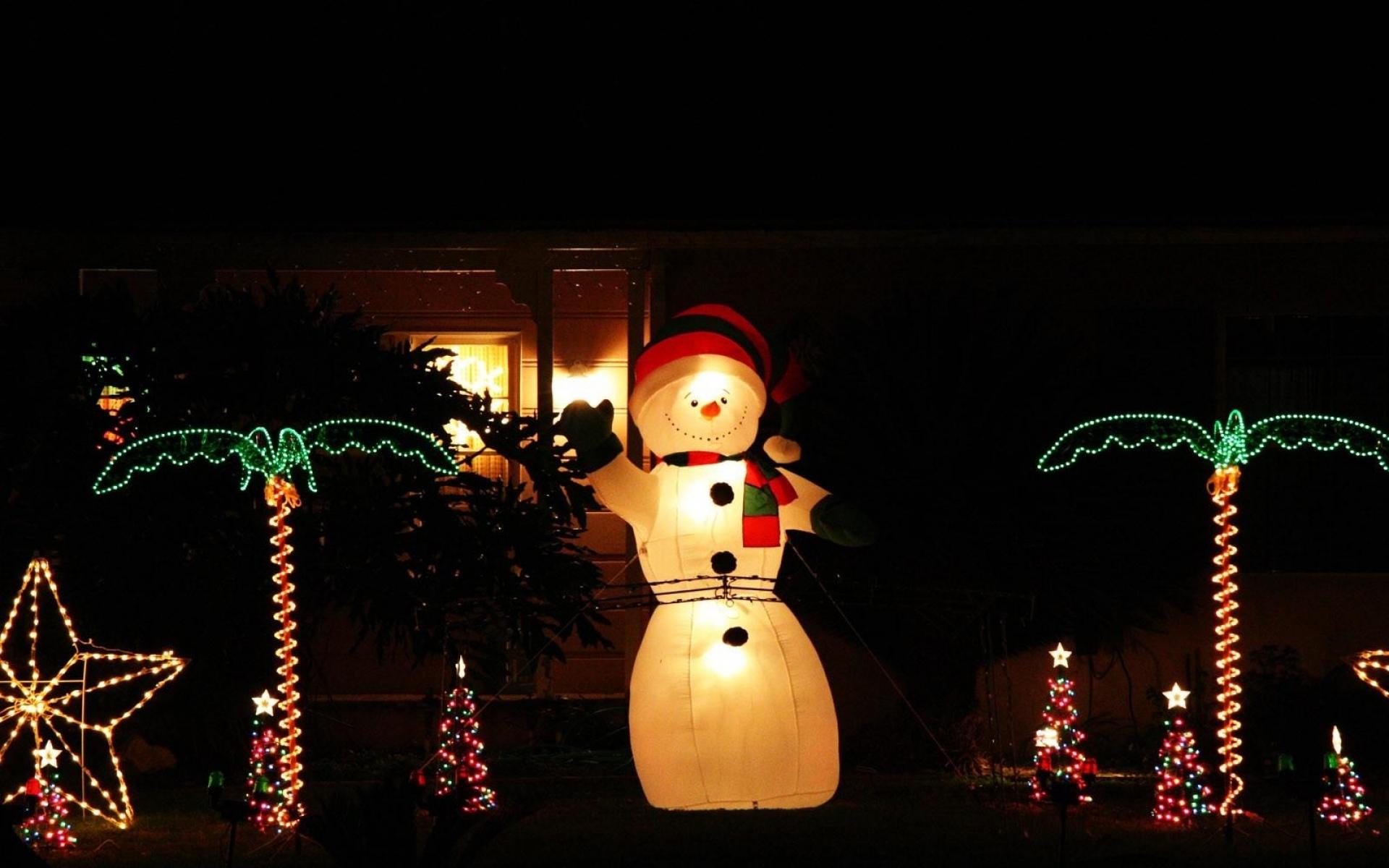 Картинки Снеговик, ночь, украшения, деревья, гирлянды, праздник фото и обои на рабочий стол