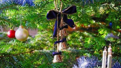 Дерево, новый год, рождество, игрушки, украшения, колокольчики, лента, крупный план