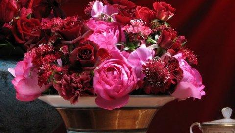 Розы, гвоздики, цветы, букет, ваза, лепестки, стол