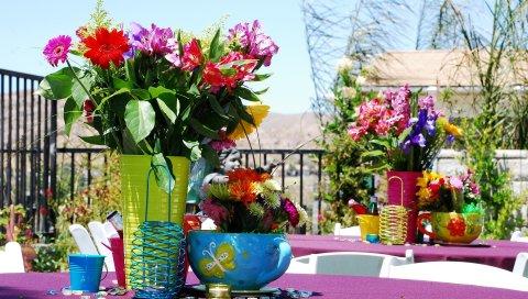 Букеты, цветы, вазы, миски, столы, кофе, ювелирные изделия