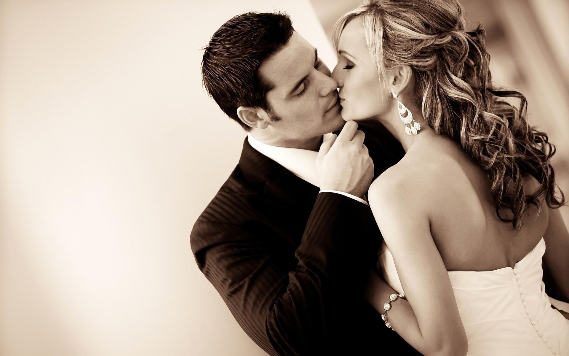 Картинки Пара, поцелуй, свадьба, сепия, черный белый фото и обои на рабочий стол