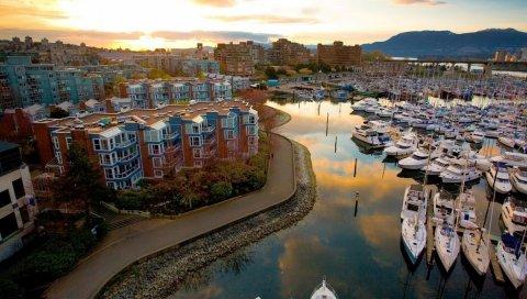 Город, яхты, здания, река, пристань для яхт