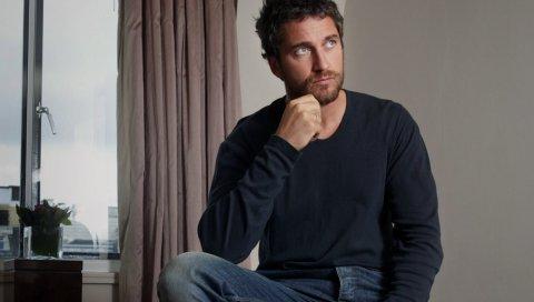 Gerard дворецкий, брюнетка, джинсы, свитер, щетина