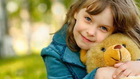 Девушка, игрушка, объятия, счастье