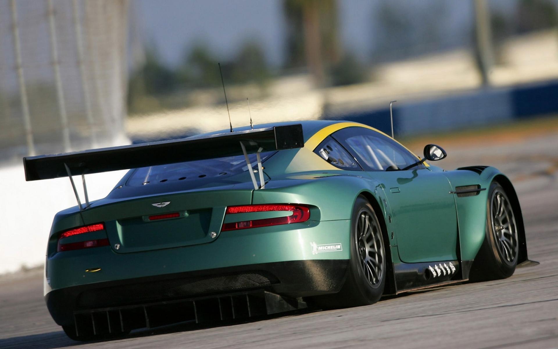 Картинки Aston martin, dbr9, 2005, зеленый, вид сзади, стиль, спорт, автомобиль, гоночный автомобиль, асфальт фото и обои на рабочий стол