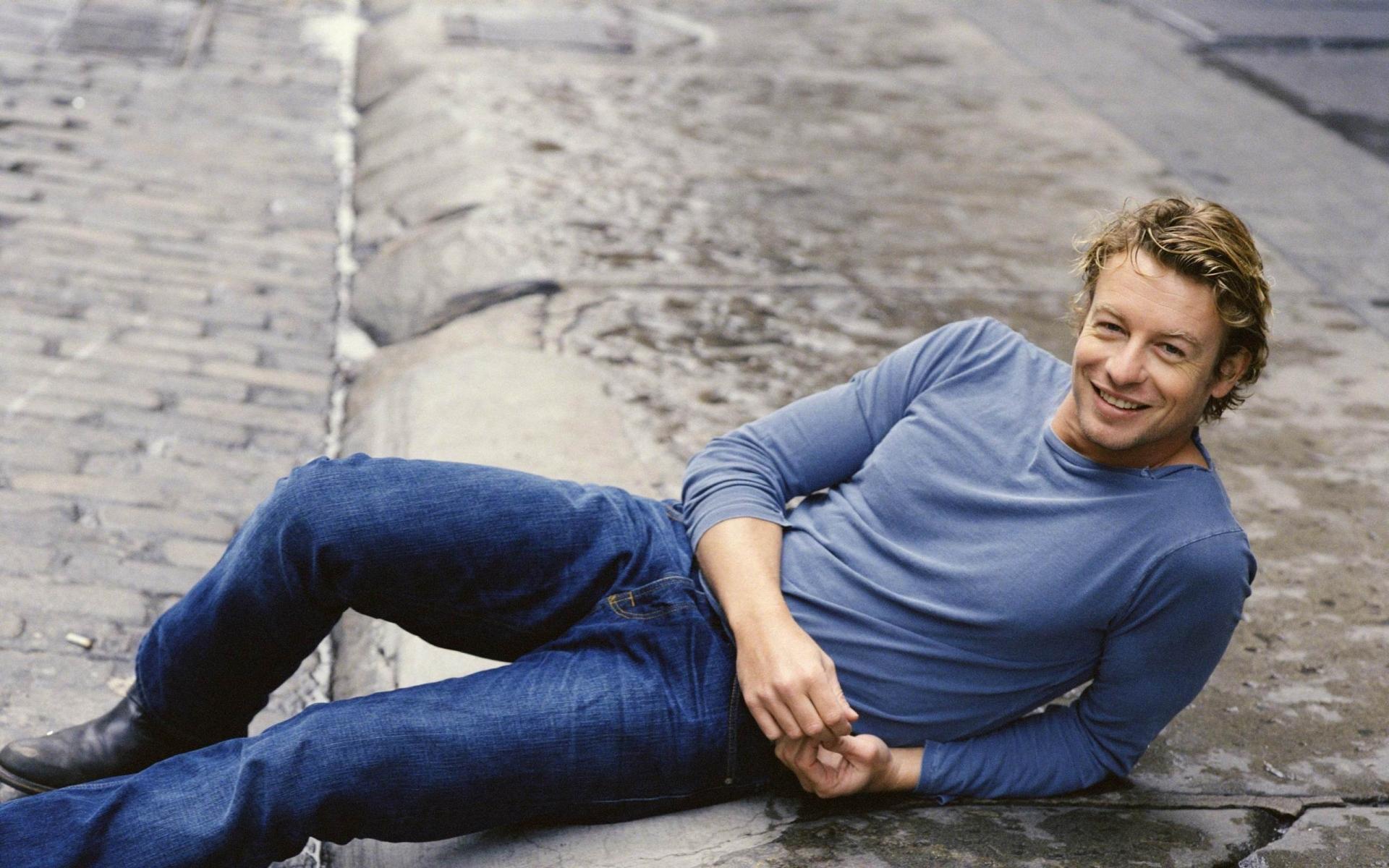 Картинки Симон Бейкер, актер, человек, лежа, улица, улыбка фото и обои на рабочий стол