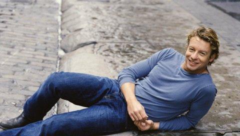 Симон Бейкер, актер, человек, лежа, улица, улыбка