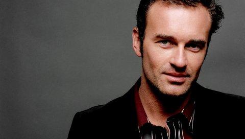 Julian mcmahon, актер, брюнетка, пальто, стильный, улыбка, волосы