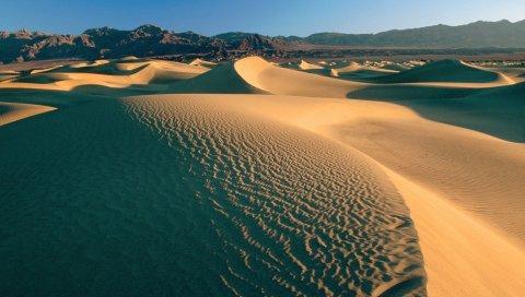Пустыня, песок, дюны, горы, облака, небо, пустота