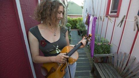 Привело к морю, скрипка, на улице, дом, девушка