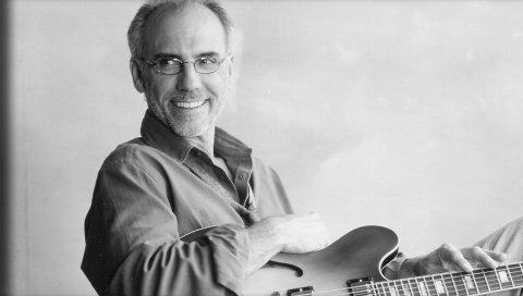 Larry carlton, седой, улыбка, щетина, гитара