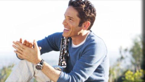 Дэйв Коз, саксофон, солнечный свет, часы, улыбка