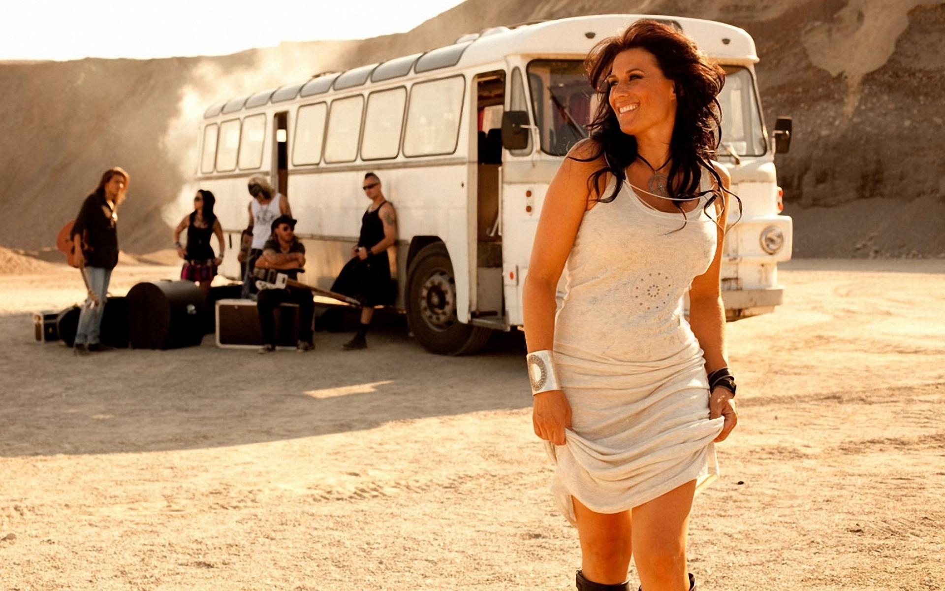 Картинки Jill johnson, улыбка, платье, автобус, солнечный свет фото и обои на рабочий стол